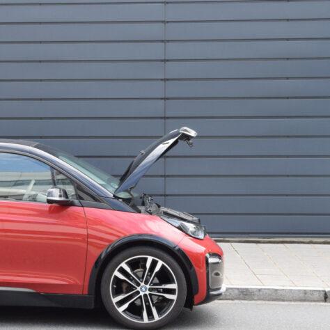 Foto eines BMW i3 mit geöffnetem Frunk