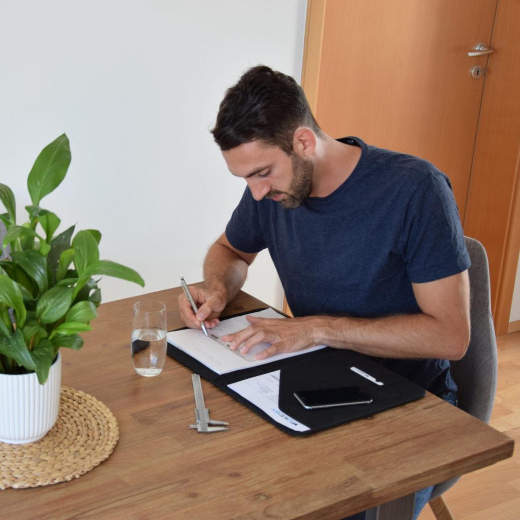 Bild von Wolfgang, der das Konzept auf einen Tisch zeichnet