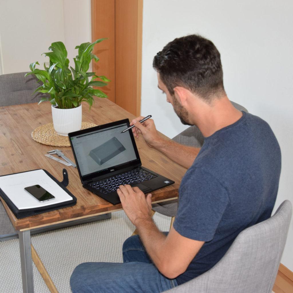 Wolfgang arbeitet am CAD Design der Frunkdichtung